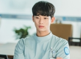 Kim Soo Hyun Foto Jelek Bareng Tim Rumah Sakit Jiwa OK di Lokasi 'It's Okay to Not Be Okay'
