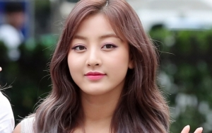Comeback Stage 'Dance the Night Away' Twice di 'Music Bank', Kulit Tan Jihyo Disorot