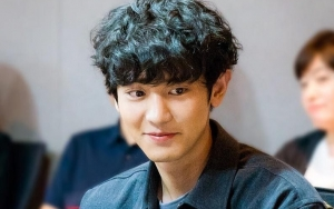 Imut Berkacamata, Chanyeol Tampak Panik di Poster 'Memories of the Alhambra'