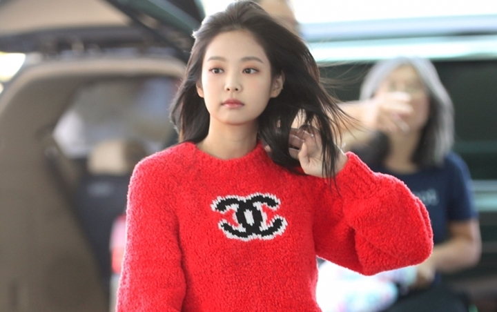 Dandanan Keren Jennie BLACKPINK Umbar Belahan Dada di Paris Fashion Week