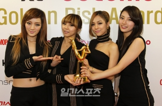 Foto miss A dengan Trofi di Golden Disk Awards 2012