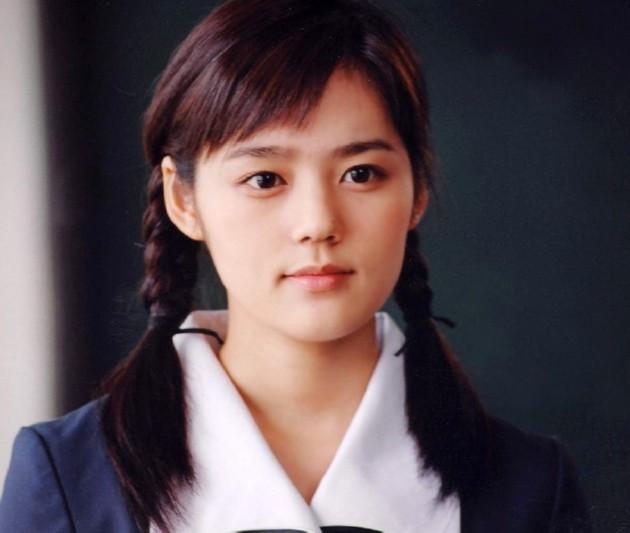 Foto Han Ga In Tampak Natural dengan Baju Seragam