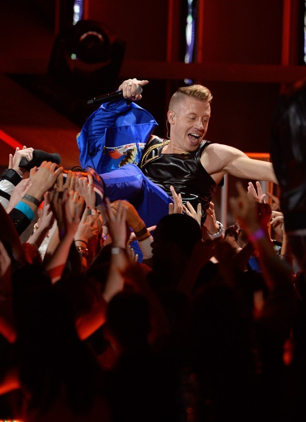 Foto Aksi Macklemore di Panggung MTV Movie Awards 2013
