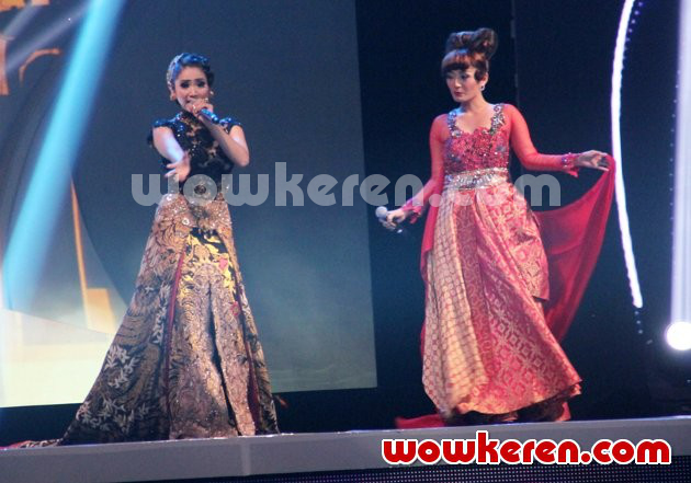 Foto Ira Swara dan Siti Badriah Tampil di Indonesian Movie Awards 2014