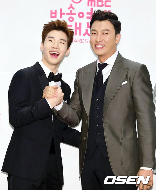 Foto Henry Super Junior-M dan Park Gun Hyung di Red Carpet MBC Entertainment Awards 2014