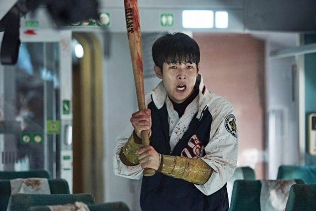Foto Choi Woo Shik Bersiap Memukul Zombie di Film 'Train to Busan'