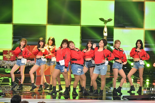 Foto AOA Saat Tampil di KBS Entertainment Awards 2016