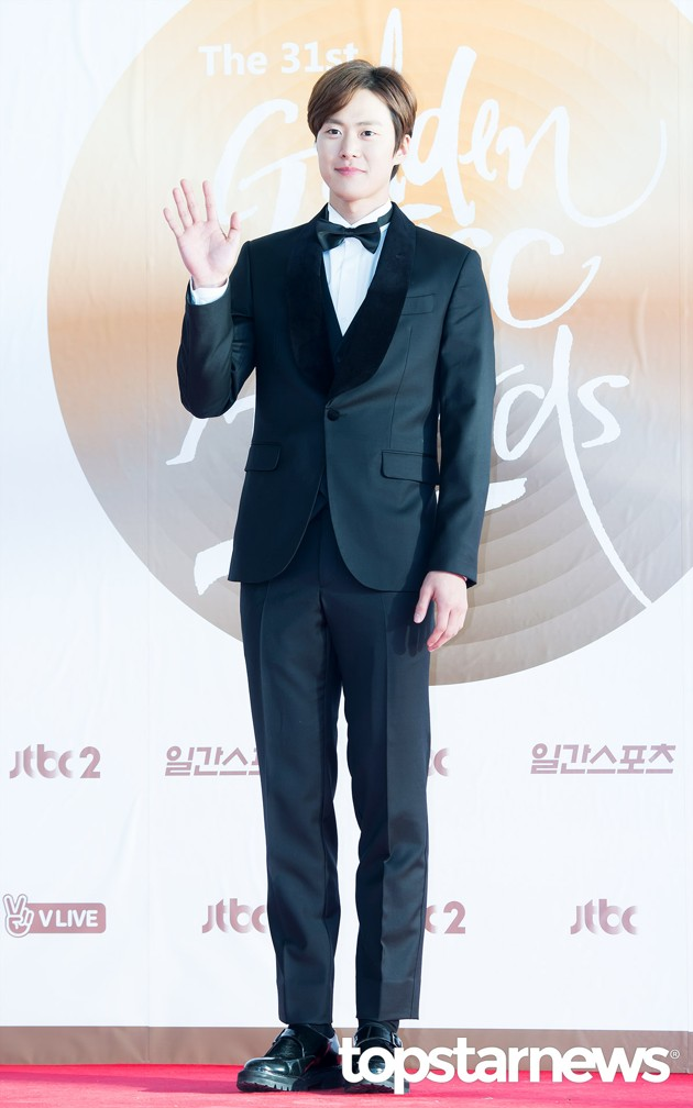 Foto Gong Myung 5urprise di Red Carpet Hari Kedua Golden Disk Awards 2017
