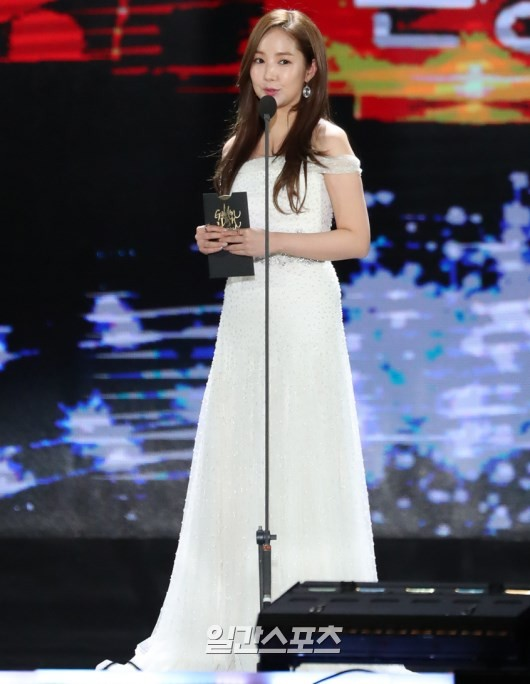 Foto Park Min Young di Hari Kedua Golden Disk Awards 2017
