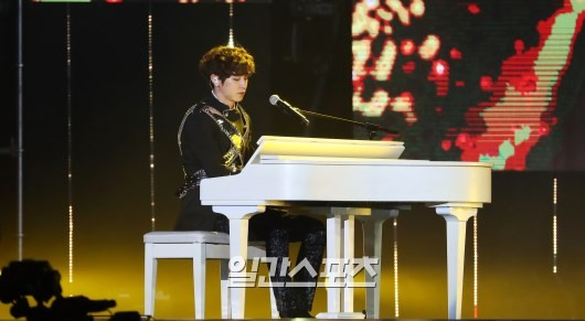 Foto Chanyeol Main Piano Iringi EXO Bawakan Lagu 'For Life'