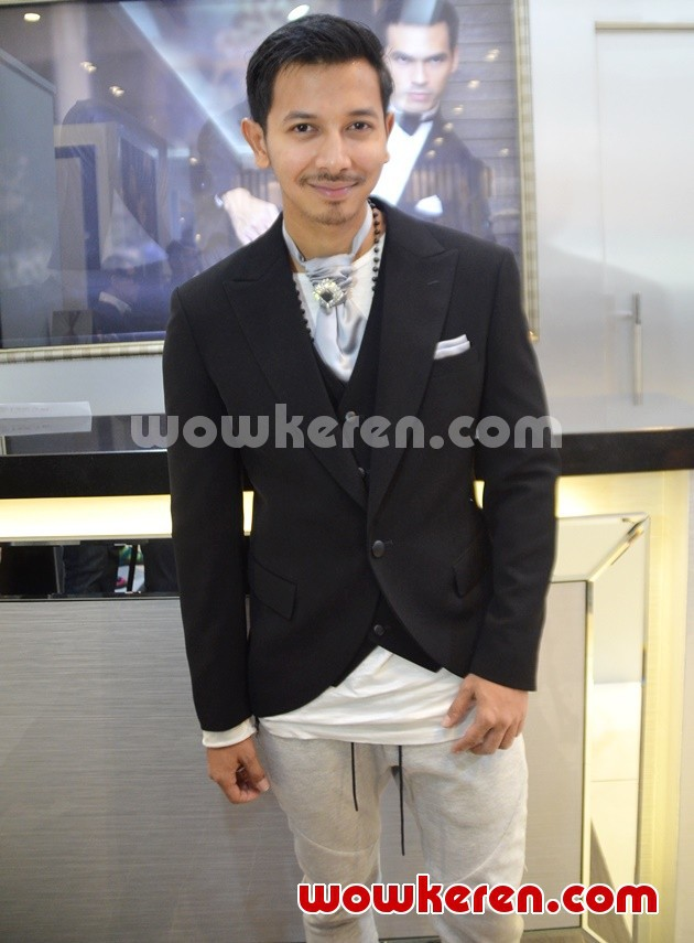 Foto Sonny Septian Fitting Jas Pengantin di Grand Indonesia