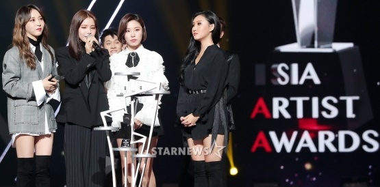 Foto Tak Hanya Crush, Mamamoo Raih Piala Best Icon