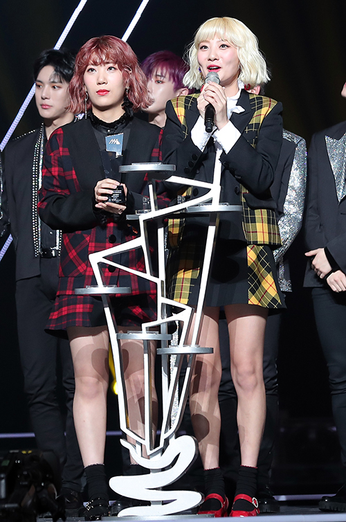 Foto Bolbbalgan4 Raih Piala Best Entertainer
