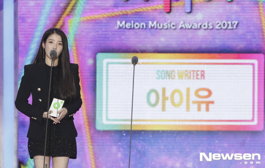 Foto IU Raih Piala Best Songwriter