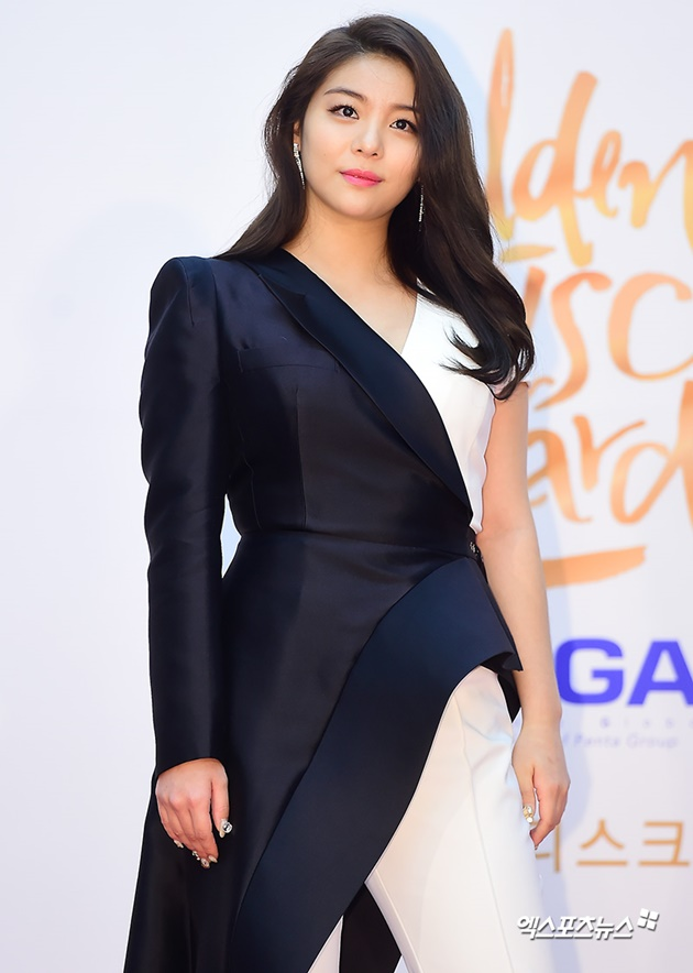 Foto Menjadi kandidat kuat pemenang Best OST, Ailee tampil cantik di red carpet Golden Disc Awards 2018.