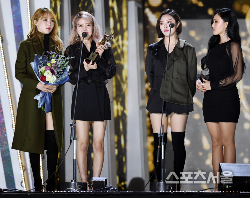 Foto Mamamoo Raih Piala Tik Tok Female Dance Performance Award