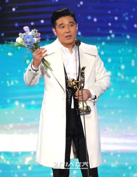 Foto Lim Chang Jung sukses meraih piala Best Ballad di Golden Disc Awards 2019 divisi digital.
