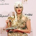 Lady Gaga dengan piala di The Bambi Awards 2011