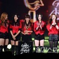 Secret dan Sistar dengan Trofi di Golden Disk Awards 2012