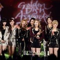Girls' Generation dengan Trofi di Golden Disk Awards 2012