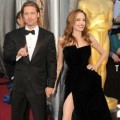Angelina Jolie dan Brad Pitt di Red Carpet Oscar 2012
