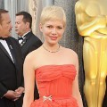 Michelle Williams dengan gaun Louis Vuitton di Red Carpet Oscar 2012
