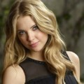 Ashley Benson Berpose di Depan Kamera