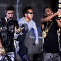 Justin Bieber dan Big Sean Saat Perform di Teen Choice Awards 2012