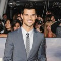 Taylor Lautner di Black Carpet Premiere 'Breaking Dawn 2'