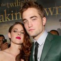 Kristen Stewart dan Robert Pattinson Berpose Bersama di Black Carpet Premiere 'Breaking Dawn 2'