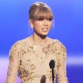 Taylor SwiftTerima Piala Favorite Country Female Artist
