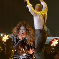 Aksi JLo Saat Membawakan 'Love Don't Cost A Thing'