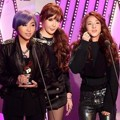 2NE1 Terima Piala Songs of the Year Bulan Juli