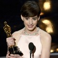 Anne Hathaway Raih Piala Best Actress in a Supporting Role