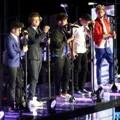 One Direction Menyanyi di Atas Jembatan Gantung