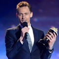 Tom Hiddleston Raih Piala Best Villain