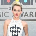 Miley Cyrus di Blue Carpet Billboard Music Awards 2013