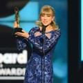 Taylor Swift Taih Piala Top Artist