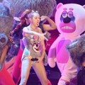 Miley Cyrus Bawakan 'We Can't Stop' di MTV Video Music Awards 2013