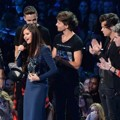 One Direction Serahkan Piala Best Pop Video pada Selena Gomez