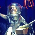 Miley Cyrus Jadi Astronot Saat Nyanyikan 'We Can't Stop'