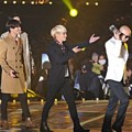 Hong Suk Chun Serahkan Piala Melon Music Awards Top 10 pada SHINee