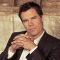 Josh Brolin Berpose untuk The Hollywood Reporter