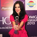 Raisa Raih Piala Most Wanted Female 'Yahoo OMG! Awards 2013'