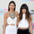 Kendall dan Kylie Jenner di Red Carpet American Music Awards 2013