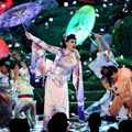 Katy Perry Jadi Geisha Saat Nyanyikan Lagu 'Unconditionally'