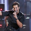 Luke Bryan Saat Nyanyikan Lagu 'That's My Kind of Night'