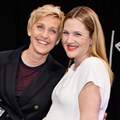 Ellen DeGeneres dan Drew Barrymore di Belakang Panggung People's Choice Awards 2014