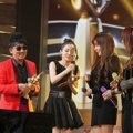 Lee Seung Chul dan 2NE1 Raih Piala Records of the Year in Digital Releasing