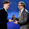 Robert Pattinson Berikan Piala Hollywood Director Award pada Morten Tyldum
